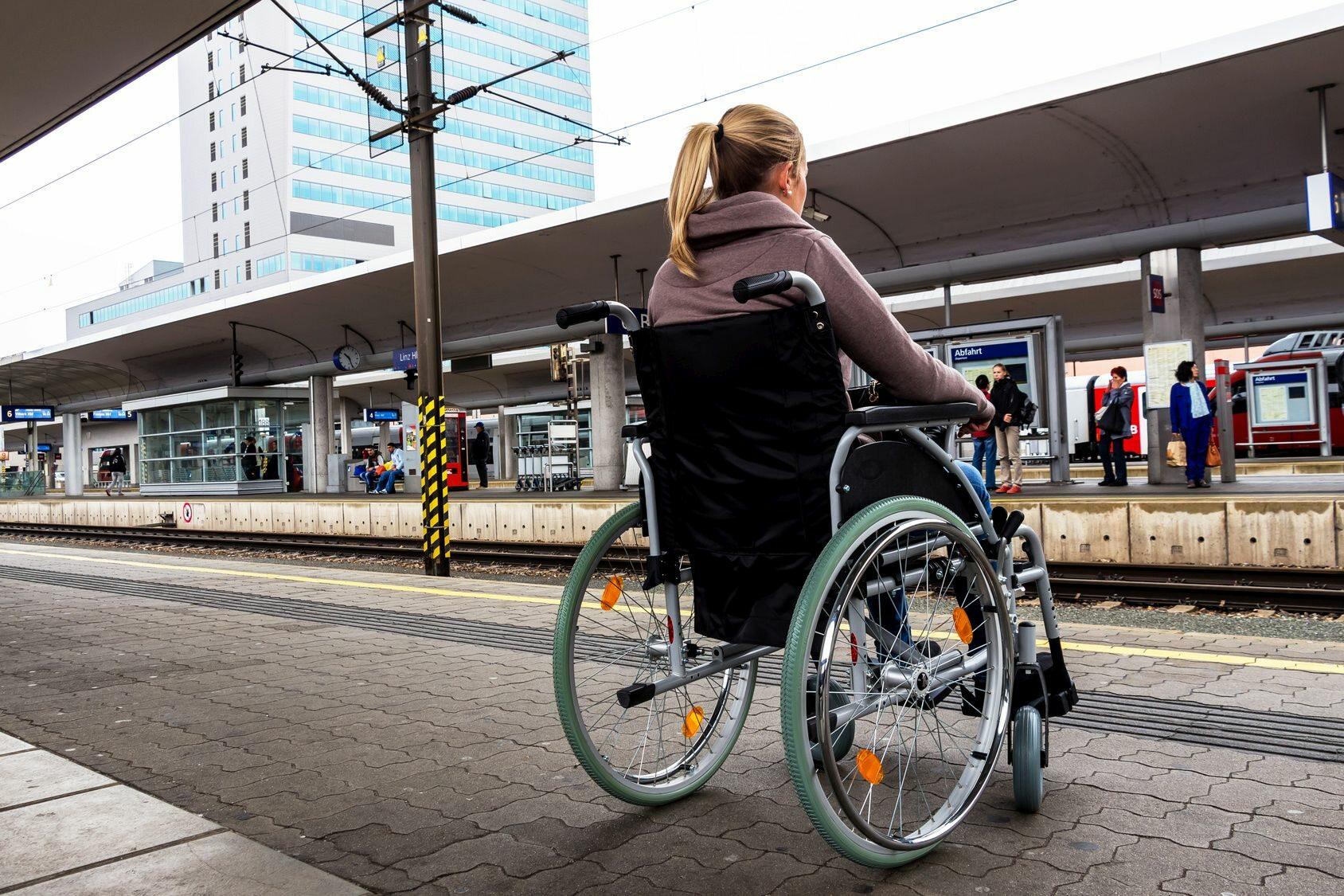 Kobieta na wózku inwalidzkim