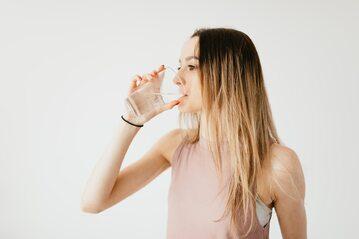 Kobieta pijąca wodę