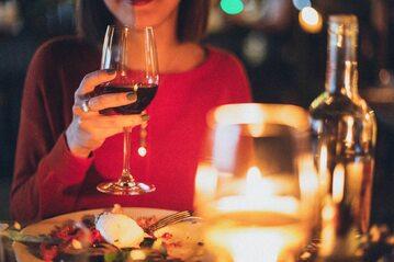 Kobieta pijące czerwone wino