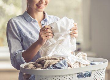 Kobieta piorąca ubrania