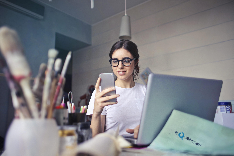 Kobieta pracująca przy komputerze, zdjęcie ilustracyjne