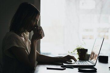 Kobieta pracuje zdalnie (zdj. ilustracyjne)