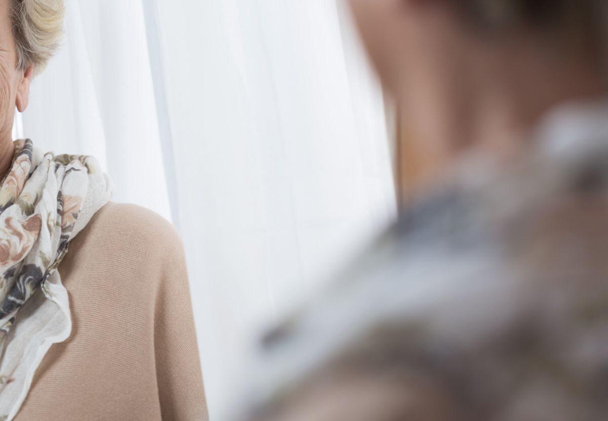 Kobieta przed lustrem, zdjęcie ilustracyjne