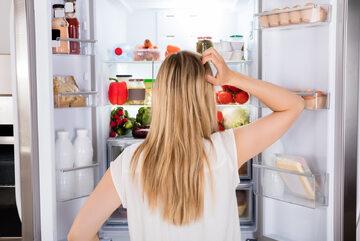 Kobieta przeglądająca zawartość lodówki