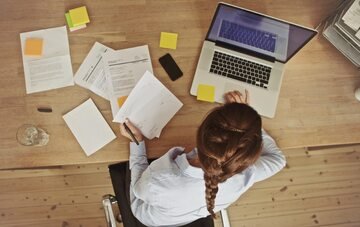 Kobieta przy biurku