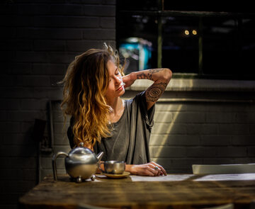 Kobieta przy stole