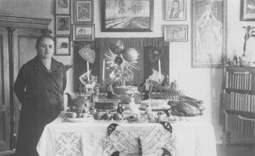Kobieta przy udekorowanym stole wielkanocnym w czasach przedwojennych