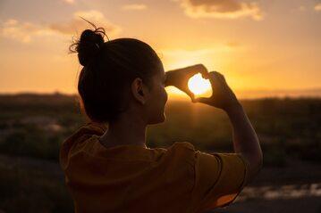 Kobieta przy zachodzie słońca