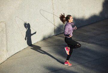 Kobieta skacząca na skakance