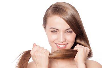 Kobieta trzymająca się za włosy
