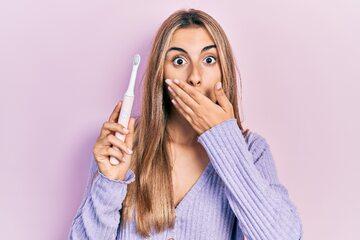 Kobieta trzymająca się za zęby