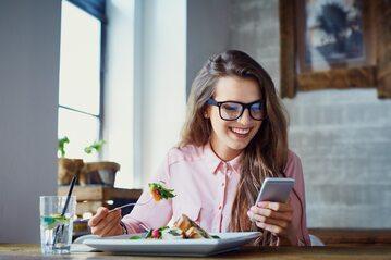 Kobieta trzymająca smartfon