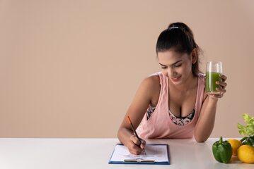 Kobieta układająca plan diety