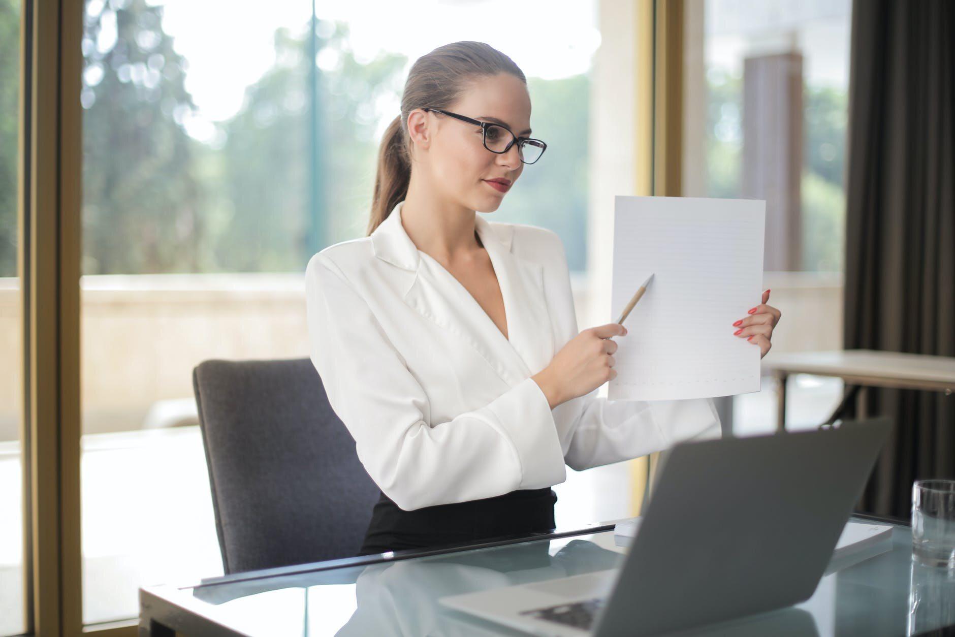 Kobieta w biurze, zdjęcie ilustracyjne