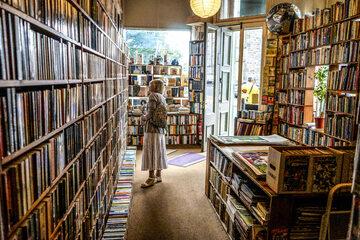 Kobieta w księgarni, zdjęcie ilustracyjne