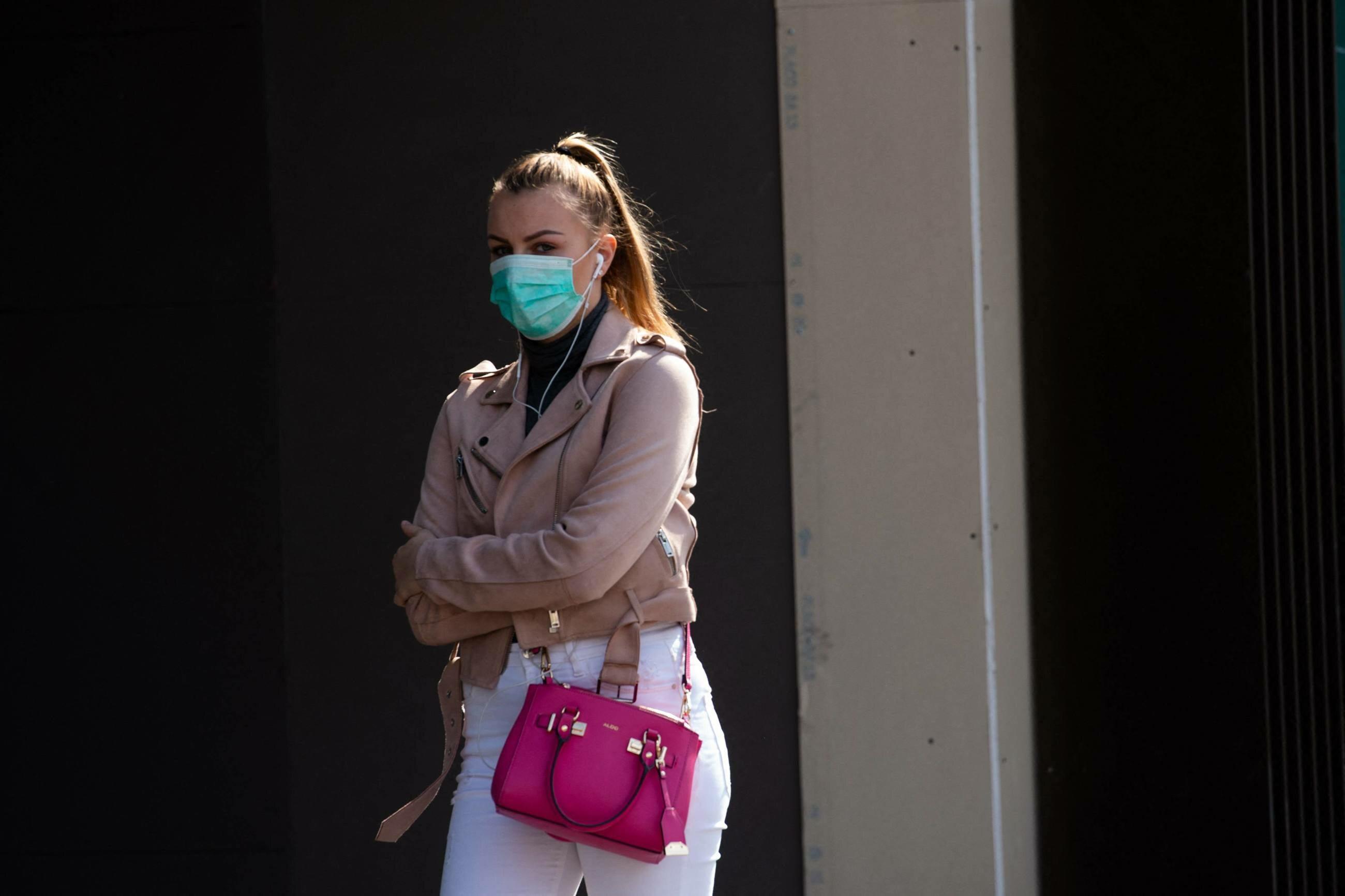 Kobieta w masce chirurgicznej (zdj. ilustracyjne)