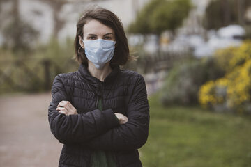 Kobieta w masce ochronnej, zdjęcie ilustracyjne