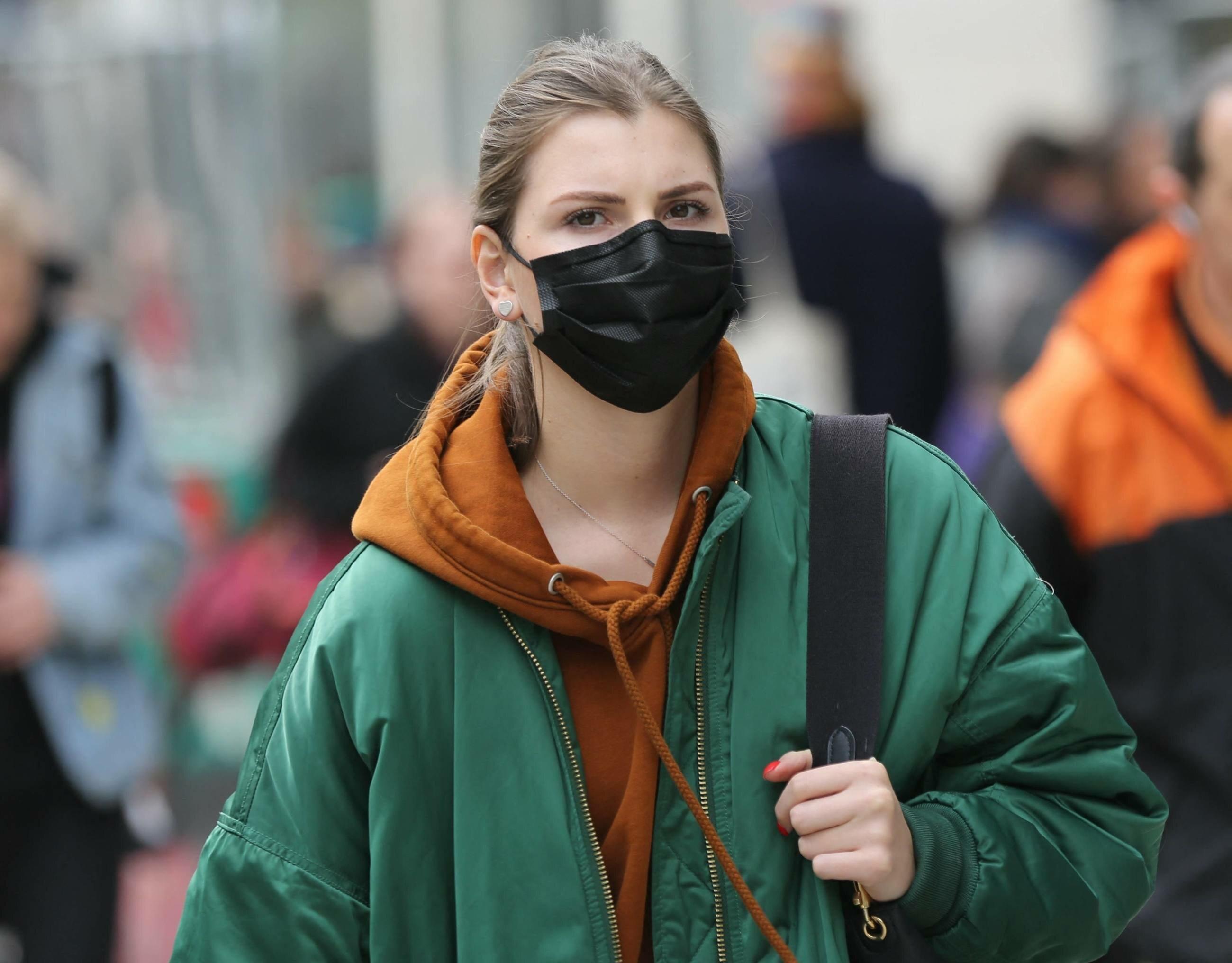 Kobieta w masce w trakcie epidemii koronawirusa (zdj. ilustracyjne)