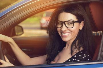 Kobieta w okluarach za kierownicą samochodu
