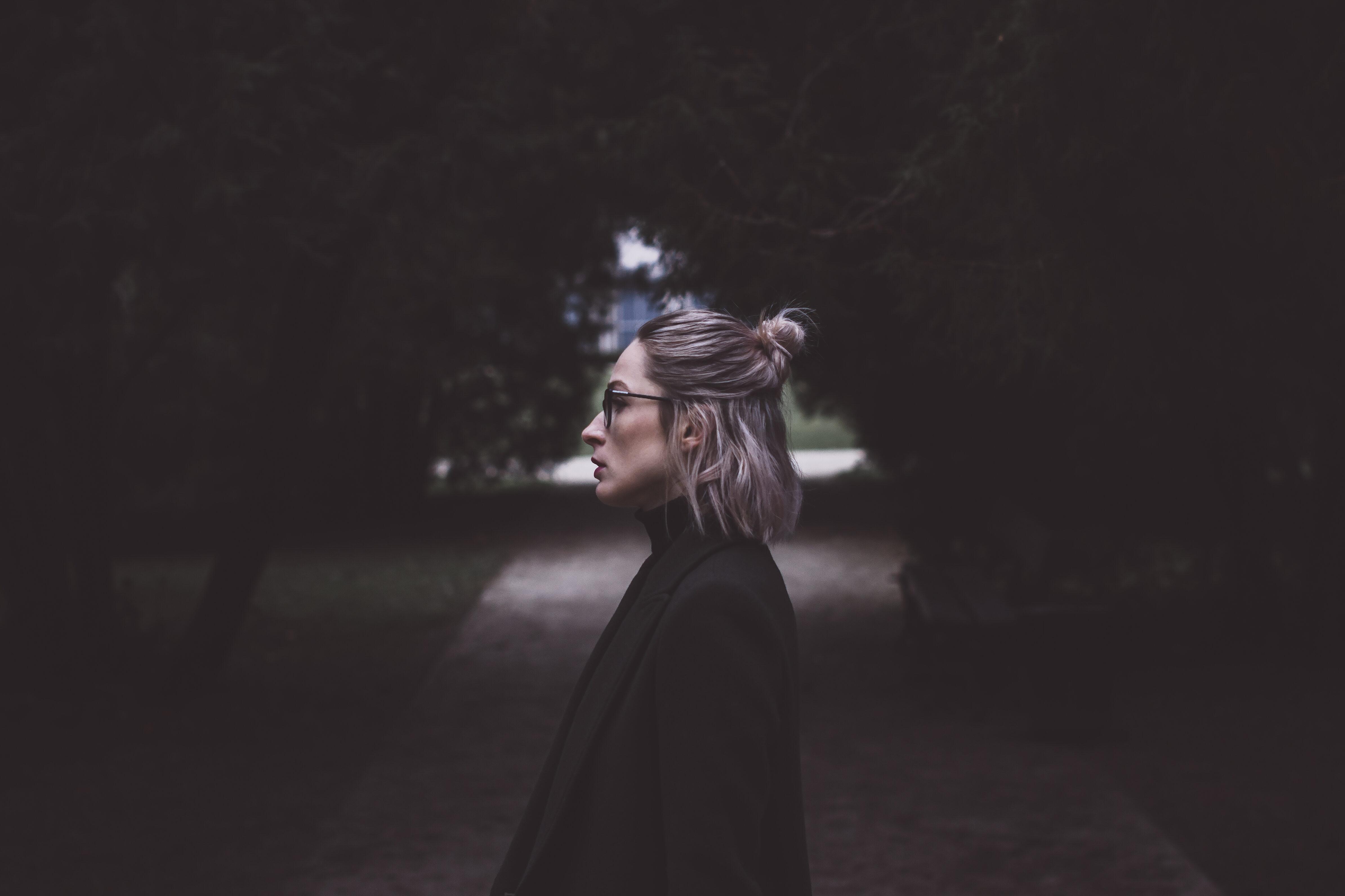 Kobieta w parku, zdjęcie ilustracyjne