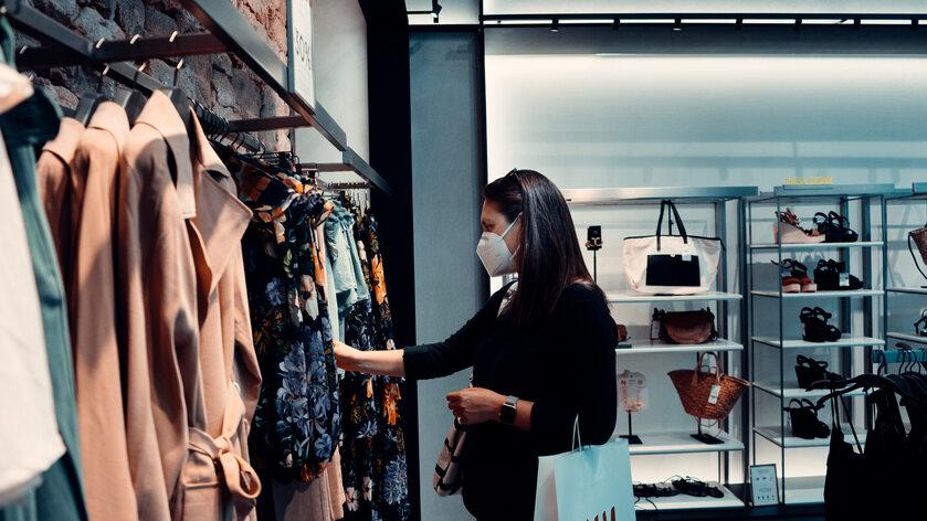Kobieta w sklepie, zdjęcie ilustracyjne