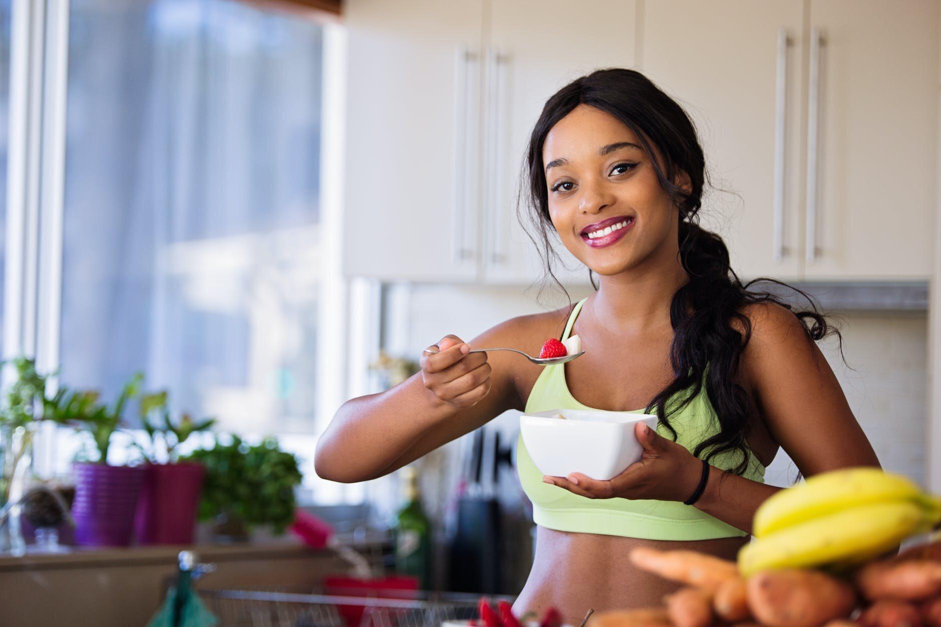 Kobieta w trakcie jedzenia
