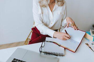 Kobieta w trakcie pracy