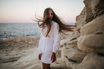 Kobieta z długimi włosami na plaży