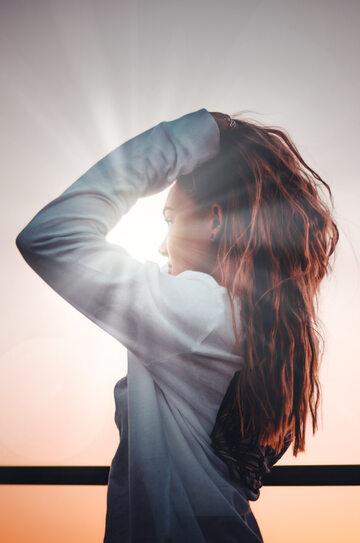 Kobieta z długimi włosami na słońcu