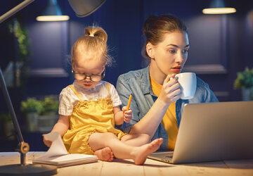 Kobieta z dzieckiem podczas pracy zdalnej