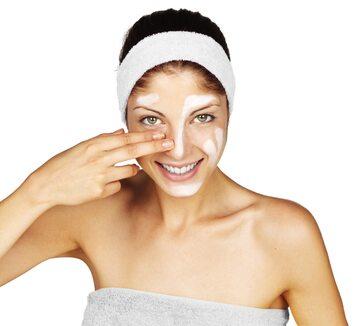 Kobieta z kremem na twarzy, zdjęcie ilustracyjne