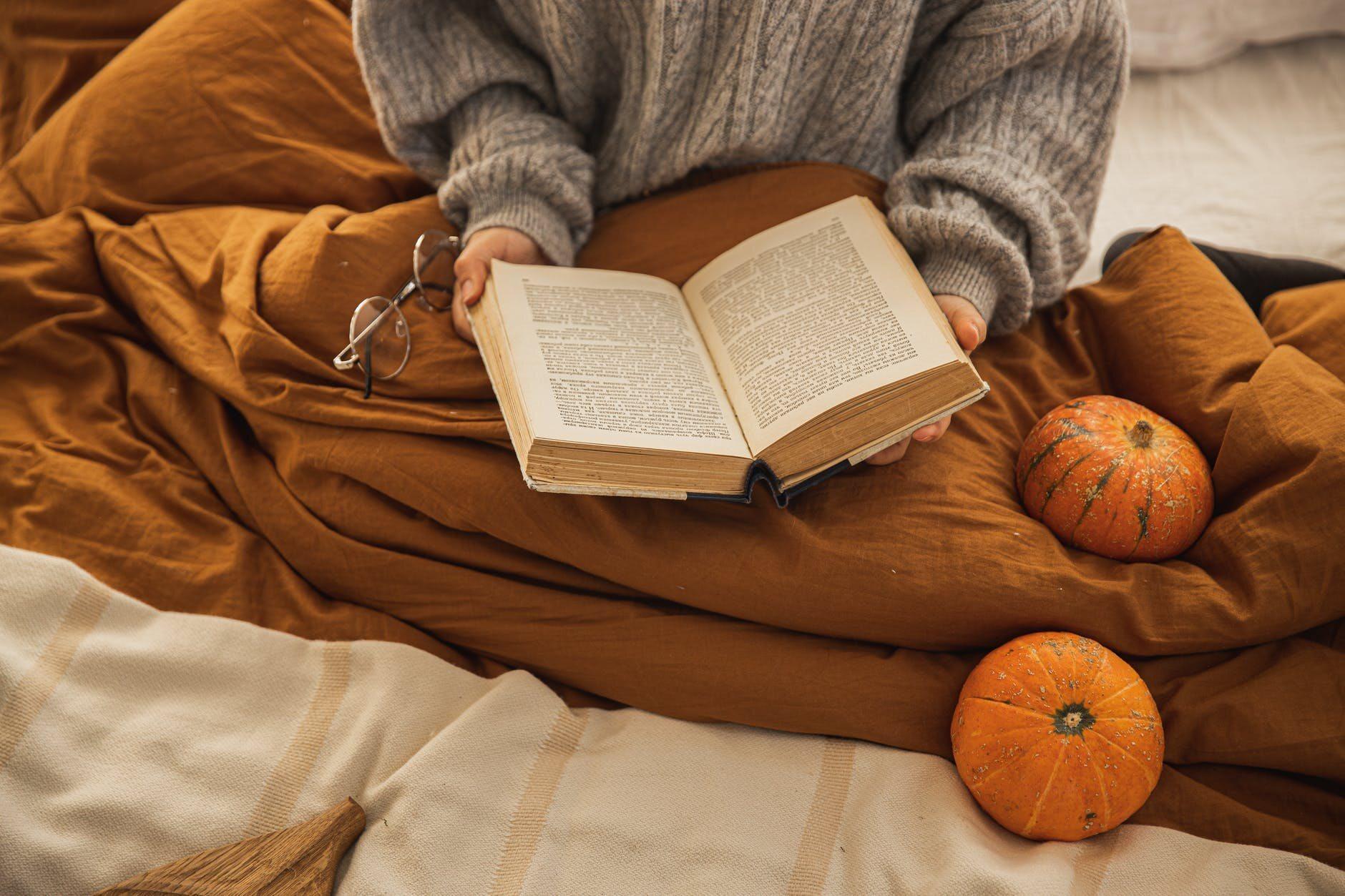 Kobieta z książką, zdjęcie ilustracyjne