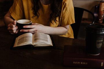 Kobieta z książką, zdjęcie ilustracyne