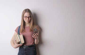 Kobieta z książkami, zdjęcie ilustracyjne