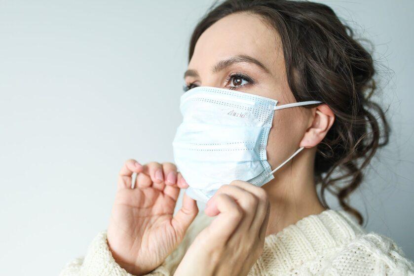 Kobieta z maską na twarzy