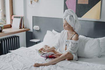 Kobieta z ręcznikiem na głowie