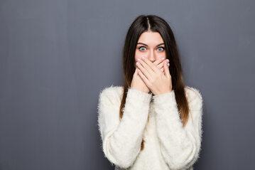 Kobieta z zasłoniętymi ustami