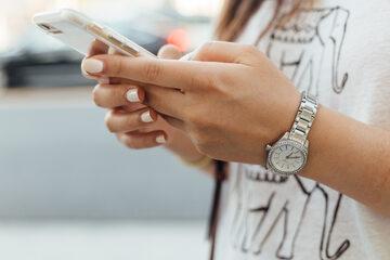 Kobieta ze smartfonem, zdjęcie ilustracyjne
