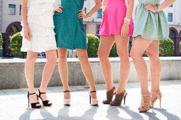 Kobiety w krótkich sukienkach, zdjęcie ilustracyjne