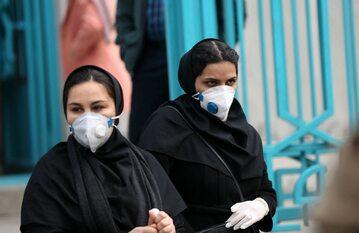 Kobiety w maseczkach na ulicy w Teheranie