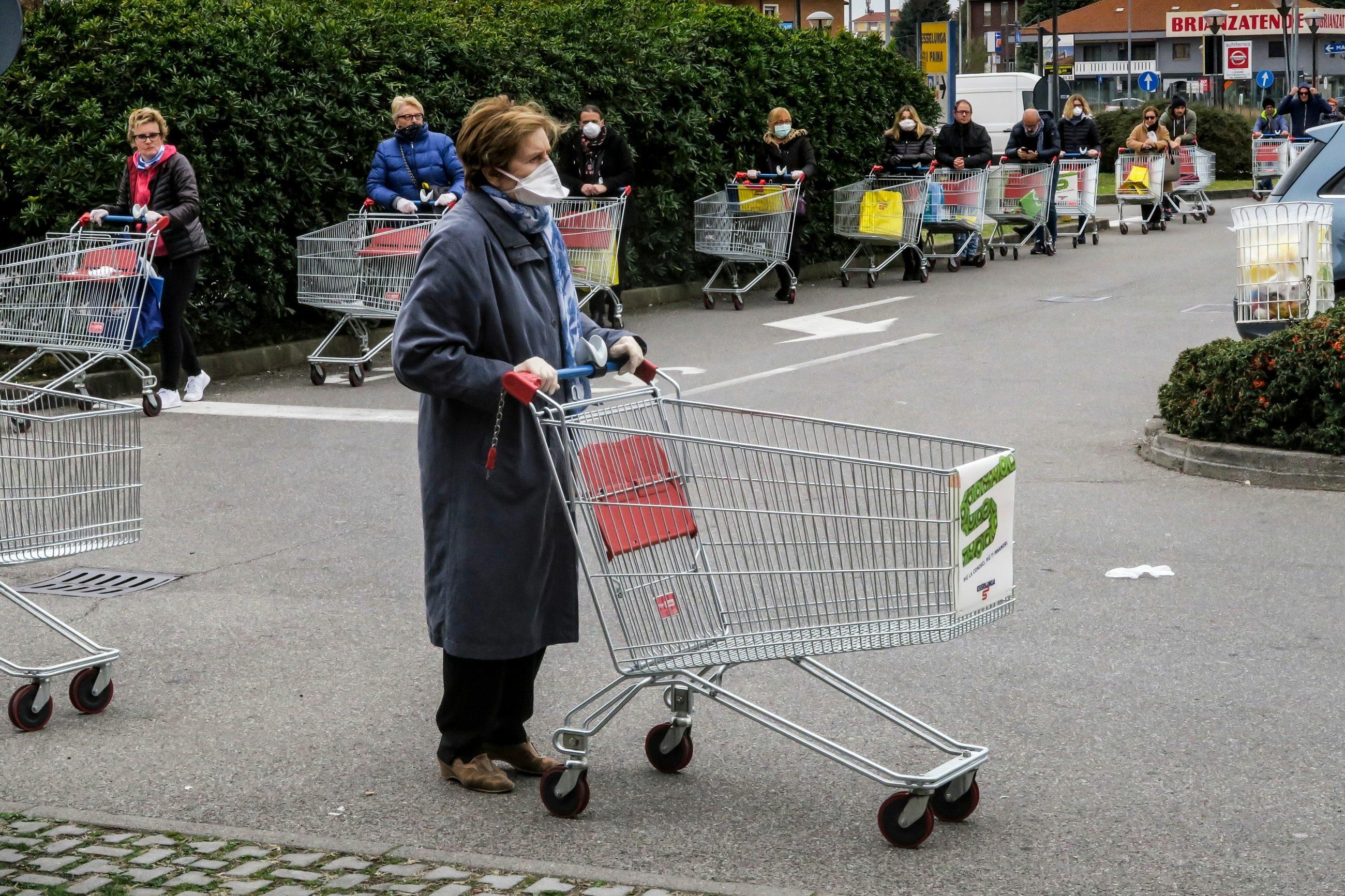 Kolejka do marketu w jednym ze sklepów na terenie Lombardii