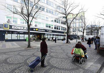 Kolejka przed supermarketem w Niemczech
