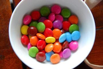 Kolorowe cukierki z czekoladą