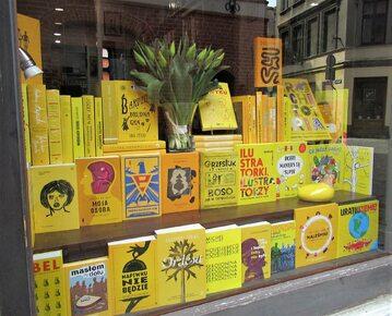 Kolorowe witryny księgarni Kafka i spółka z Torunia