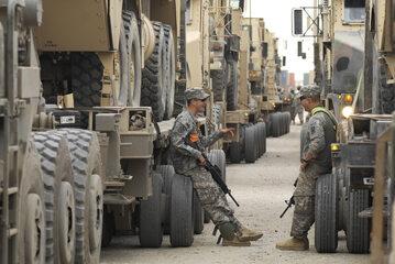 Kolumna amerykańskich pojazdów wojskowych