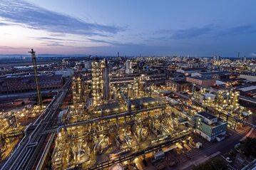 Kompleks produkcyjny BASF o powierzchni 10 km kw. w Ludwigshafen jest największym na świecie zintegrowanym kompleksem chemicznym. Do 2050 r. będzie on zeroemisyjny.