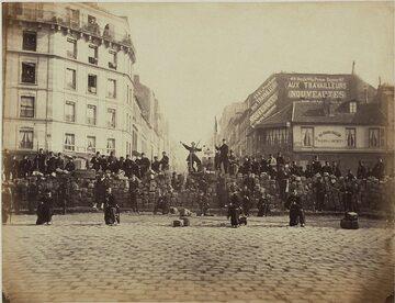 Komuna Paryska. Komunardzi pozują do zdjęcia na barykadzie