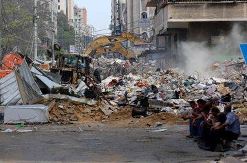 Konflikt izraelsko-palestyński. Na zdjęciu: Prace ratownicze na gruzach budynku po nalotach armii izraelskiej