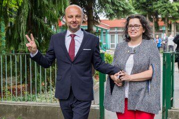 Konrad Fijołek z żoną po wyjściu z lokalu wyborczego