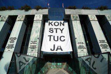 Konstytucja na budynku Sądu Najwyższego